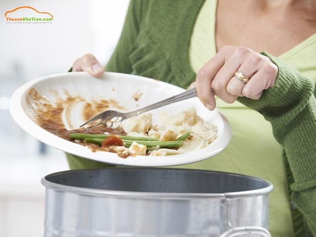 không nên bỏ thừa thức ăn vào ngày tết